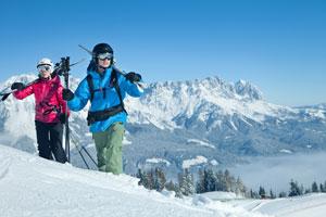 Skifahrer-im-Tiefschnee-mit-Panoramablick-300